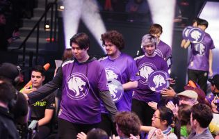 LA Gladiators coach dpei apologises for bumping into players