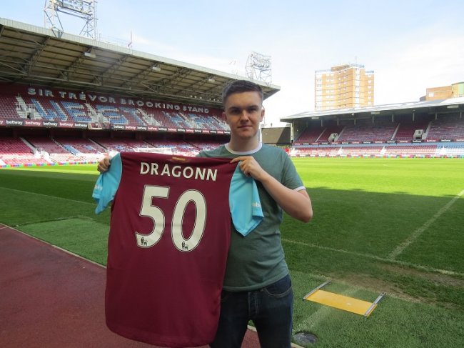 West Ham signs FIFA pro player to team